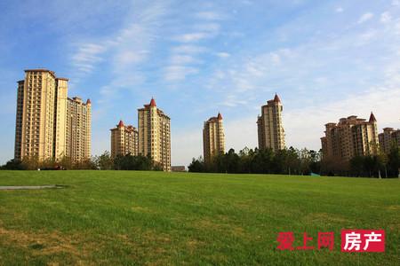湖滨国际9楼 138平加车位 精装3房2厅2卫 满5年 269万